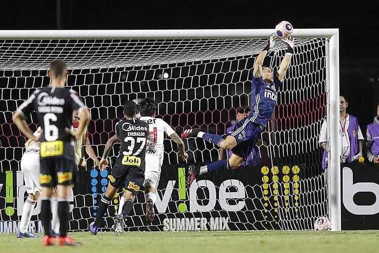 O goleiro são-paulino Tiago Volpi voa para defender cobrança de falta do corintiano Luan, no clássico Majestoso que terminou empatado por 0 a 0, no Morumbi