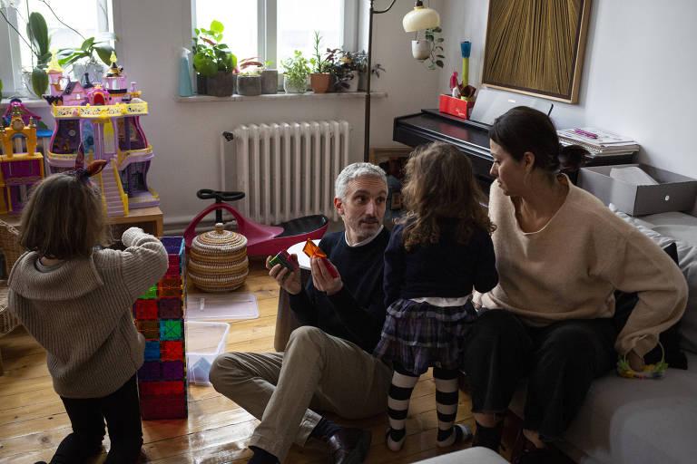 Yigit Aksakoglu com sua esposa e duas filhas, na Turquia
