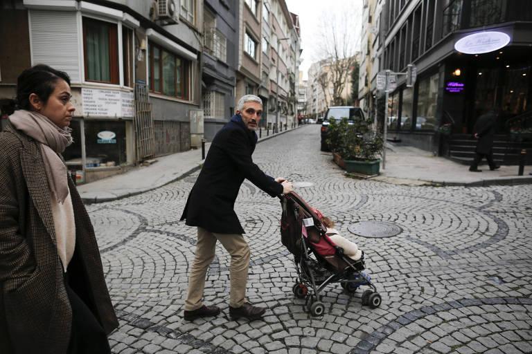 Yigit Aksakoglu, com sua esposa e filhas, caminhando nas ruas de Istambul, na Turquia
