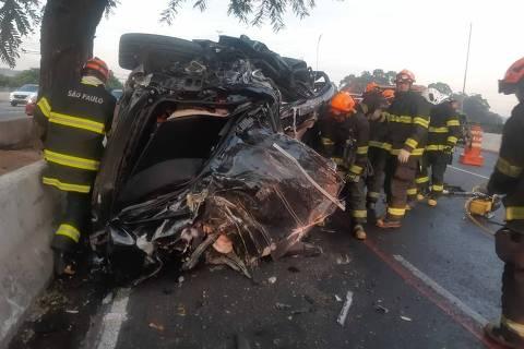 Carro de luxo, blindado, ficou completamente destruído após motorista perder controle do veículo, por volta das 5h deste domingo (16), na zona sul da capital paulista