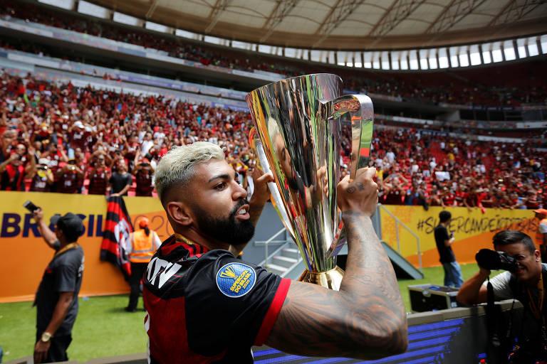 Gabigol com taça após vitória do Flamengo sobre o Athletico-PR neste domingo (16), pela Supercopa do Brasil, em Brasília