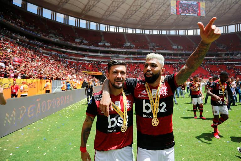 Gabigol (à dir) e Arrascaeta comemoram título do Flamengo neste domingo (16), em Brasília