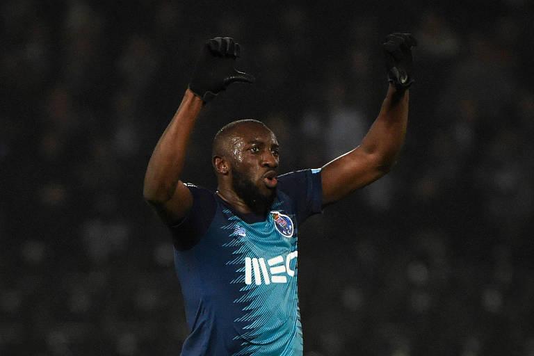 Marega, do Porto, faz sinal negativo para torcedores do Vitória de Guimarães após sofrer ofensas racistas