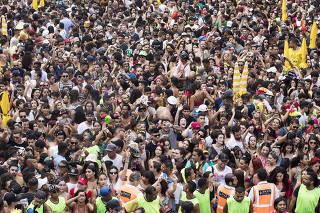 Carnaval de Sao Paulo. Blocos. Pubico se diverte na Av Faria Lima  com som de musica eletronica do Alok