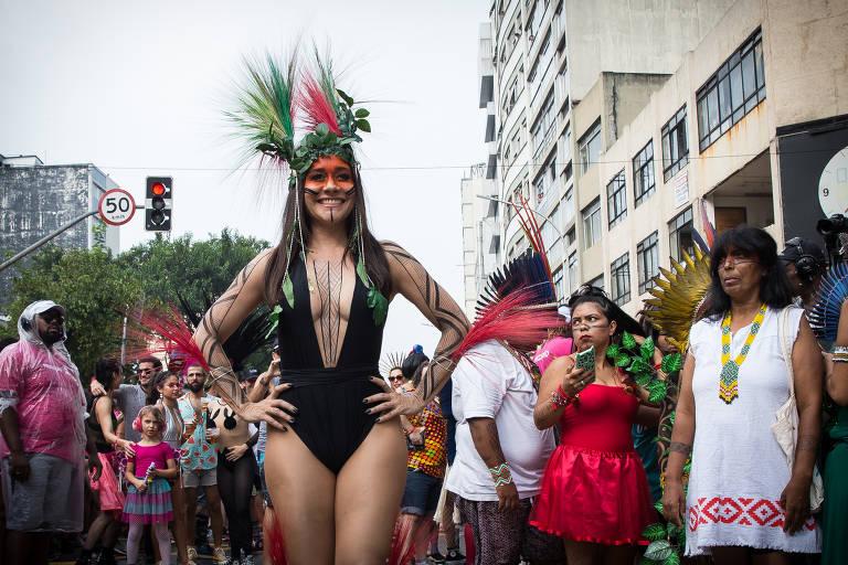 Alessandra Negrini com indígenas no bloco Acadêmicos do Baixo Augusta