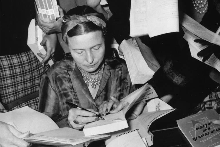 Simone de Beauvoir dando autógrafos em São Paulo, em 1960