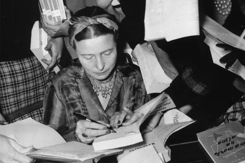 Simone dando autógrafos em São Paulo, 6 de setembro de 1960. Do livro Simone de Beauvoir, uma vida