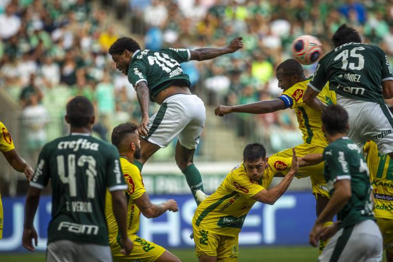 Após falhar no gol do Mirassol, Gustavo Gómez (15) sobe mais alto que a zaga para marcar de cabeça o gol de empate do Palmeiras