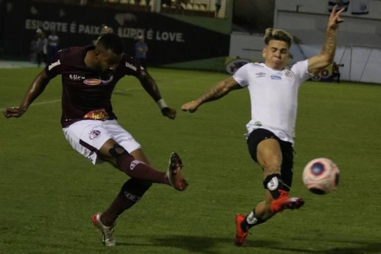 Santista Soteldo tenta bloquear o chute de rival da Ferroviária no empate sem gols das equipes realizado na Arena Fonte Luminosa, em Araraquara