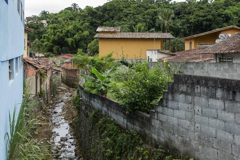 Rede de esgoto na cidade de Ilhabela, onde grande parte desemboca diretamente na praia