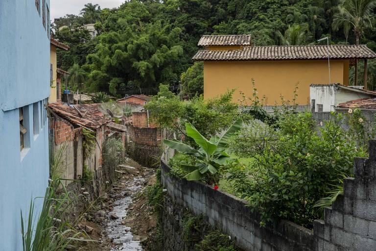 Córrego em que esgoto é diretamente lançado das casas, segundo moradores