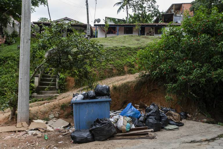 Lixo acumulado em rua da cidade
