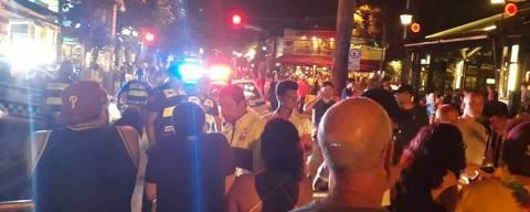 SÃO PAULO, SP, 15-02-2020  -  CARNAVAL 2020 -  Na foto, Rua Mourato Coelho. Apesar de bloqueios para chegar ao miolo da Vila Madalena, as ruas do bairro estavam lotadas por volta das 20h30 deste sábado pré-carnavalesco. Foto: Artur Rodrigues/Folhapress