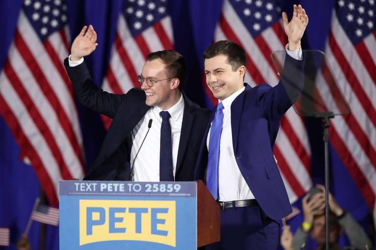 O candidato Pete Buttgieg (à dir.), ao lado do marido, Chasten, durante comício em Nashua, New Hampshire