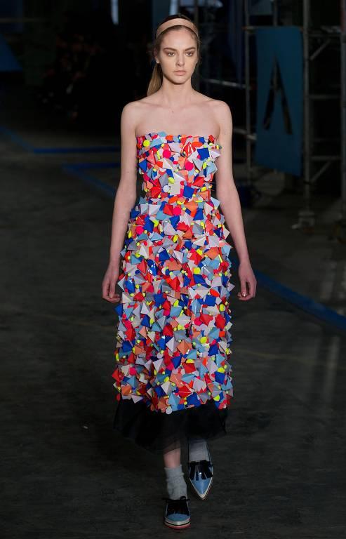Modelo desfila durante a Semana de Moda de Londres 2020, exibindo vestes da estilista Roksanda Ilincic