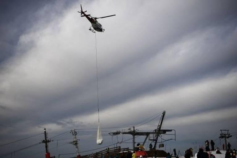 Helicópteros foram contratados para transportar quase 50 toneladas de neve