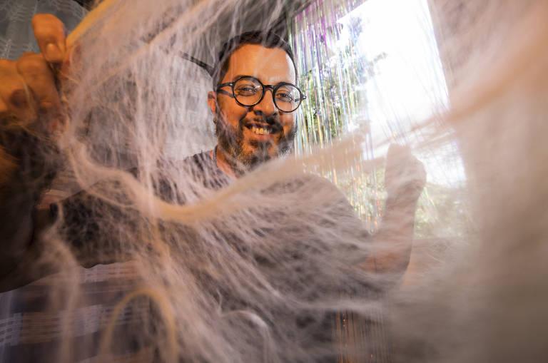 O cabeleireiro André durante preparação de penteado em seu ateliê