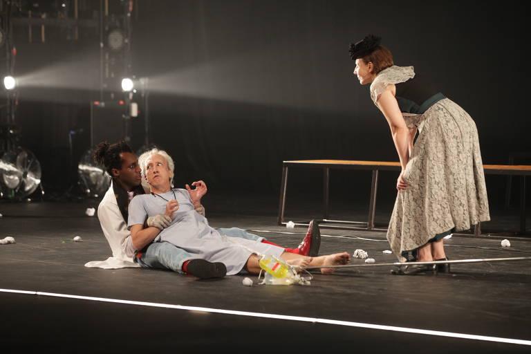 Os atores Sergio Machado, Thiago Catarino e Patricia Selonk em cena do espetáculo 'Angels in America'