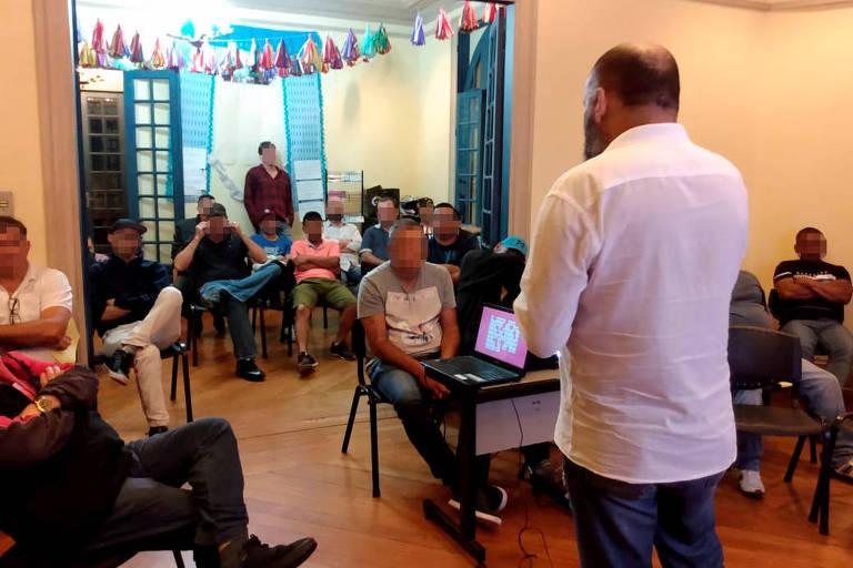 """Homens participam de encontro do projeto """"E Agora, José?"""", voltado para a reeducação de agressores"""