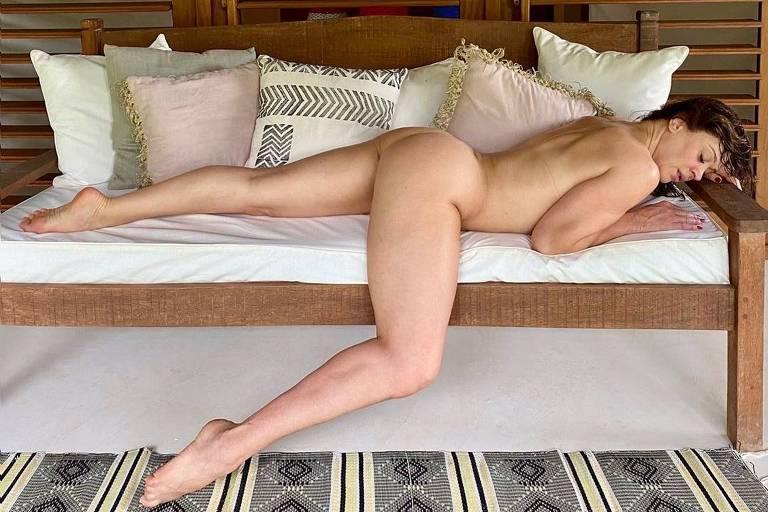 Claudia Raia tem foto sensual publicada por maquiador  e comenta: 'Até que ficou boa'