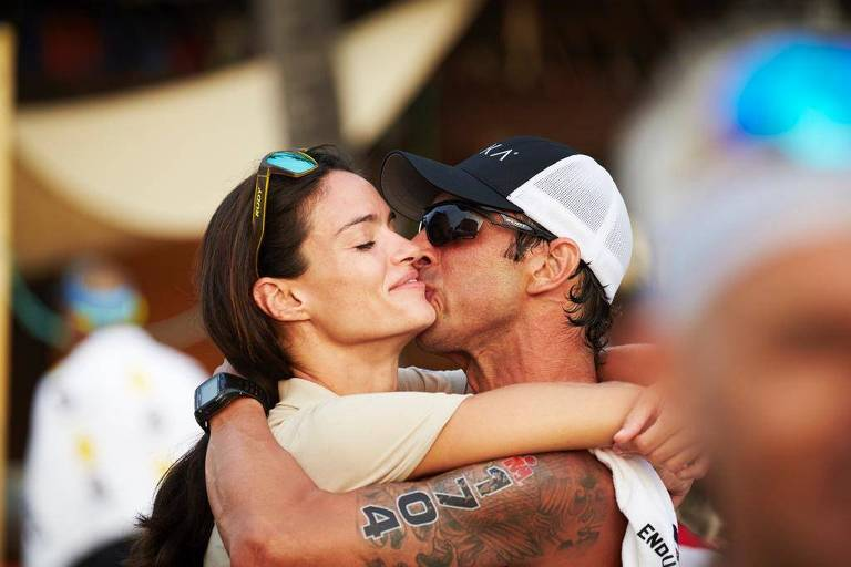 Silvia Ribeiro e o marido, Rafael Gonçalves, após o pedido de casamento no fim do Ironman