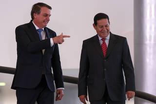 Bolsonaro lança programa de escolas cívico-militares no Planalto