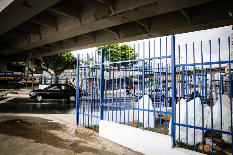 Subprefeitura cerca viaduto na zona leste de SP para afastar moradores de rua