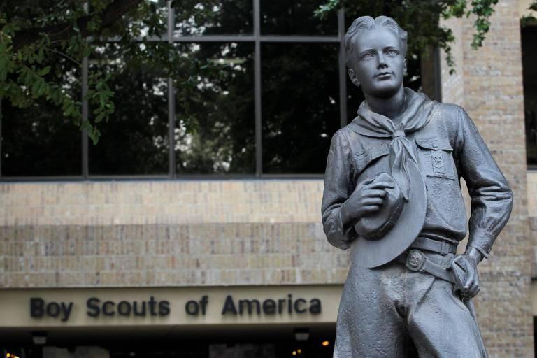 Estátua de escoteiro em frente à sede da BSA, em Irving, no estado do Texas