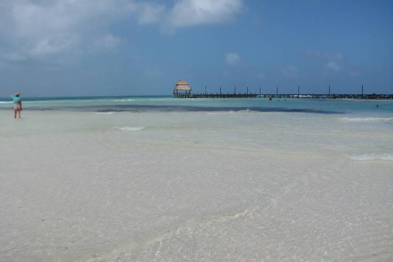 Praia com água transparente e areia branca