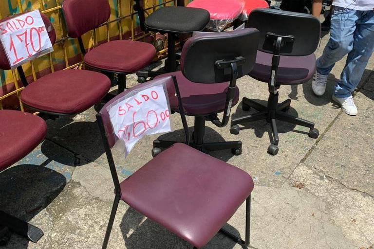 Cadeiras desviadas de depósito municipal de São Paulo, que estavam à venda na zona norte