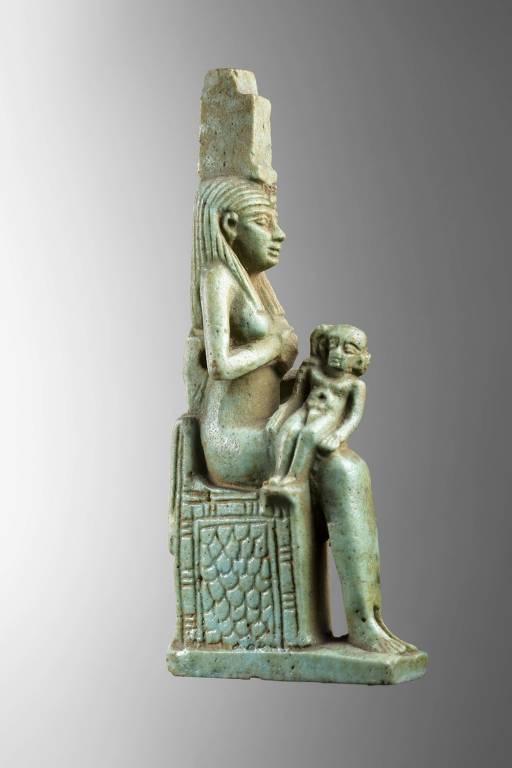 estátua de deusa egípcia sentada