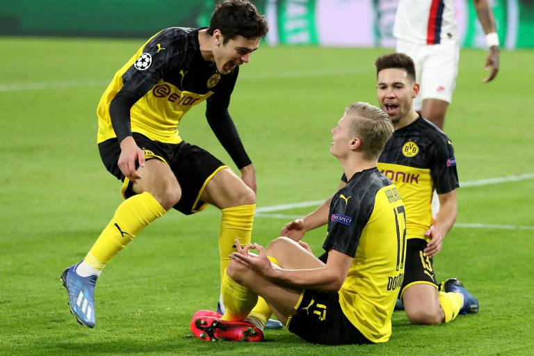 Jogadores do Borussia Dortmund comemoram com Haaland o primeiro gol da vitória sobre o PSG