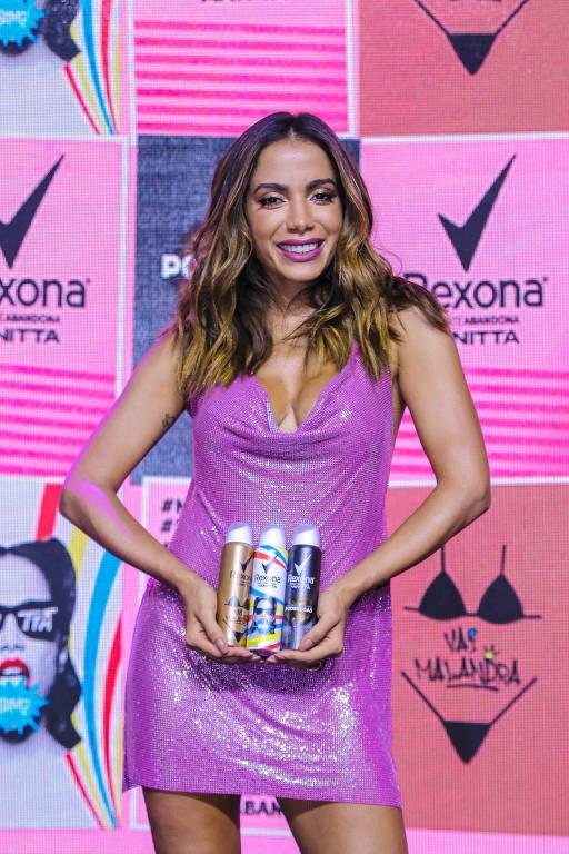 Cantora Anitta se reuniu com a imprensa na casa Fares, onde realizou o lançamento da campanha da sua linha de desodorantes. A cantora além de conversar com os jornalistas posou para fotos