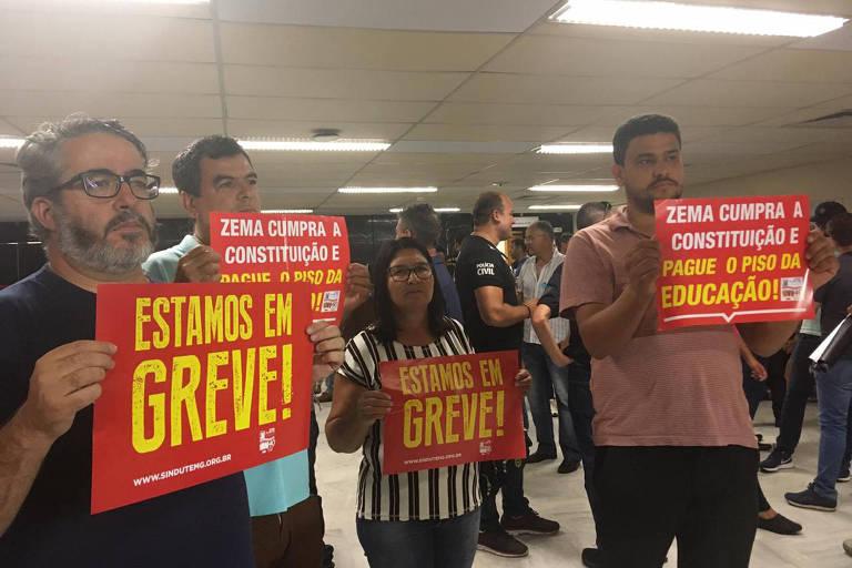 Servidores da educação protestam na Assembleia Legislativa de MG por reajuste em salários