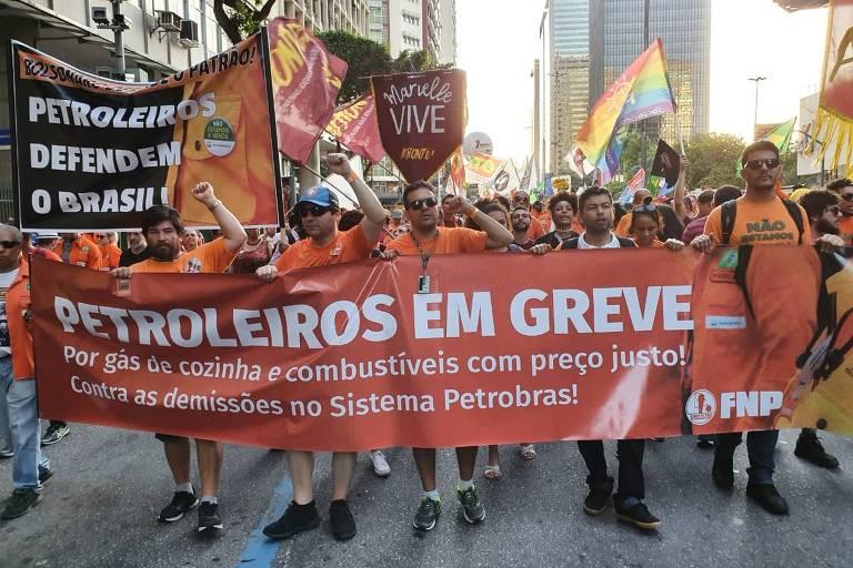 Petroleiros protestam no Rio de Janeiro contra demissões em fábrica de fertilizantes da Petrobras do Paraná