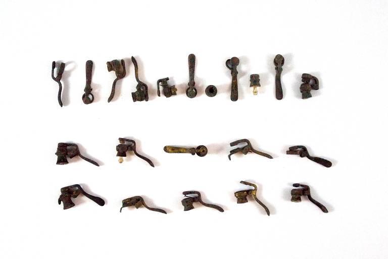 Tampinhas de lança-perfume usadas em Carnaval da década de 1940 encontradas em sítio arqueológico durante obra na rede de esgoto de Porto Alegre