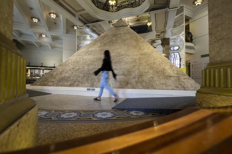 Montagem da Exposição sobre o Egito no Centro Cultural Banco do Brasil. Réplica de Pirâmide.