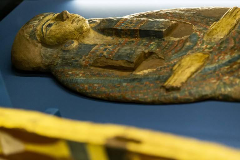 Montagem da Exposição sobre o Egito no Centro Cultural Banco do Brasil. Caixão atropoide e tampa falsa (estilo amarelo)