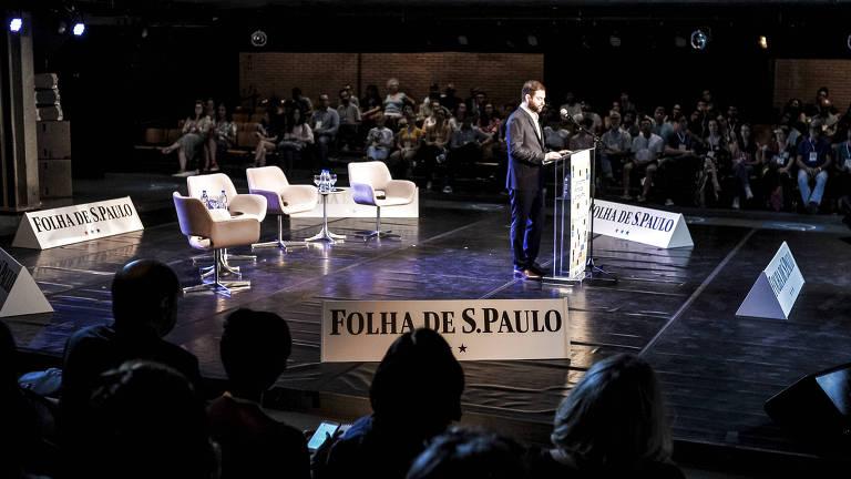 Sérgio Dávila discursando em auditório de arena cheio