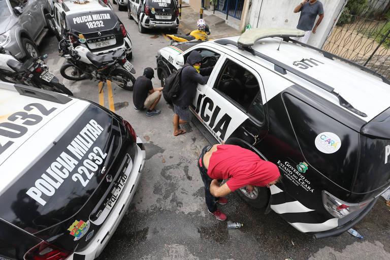 No Ceará, encapuzados invadem batalhões da PM, levam carros e esvaziam pneus