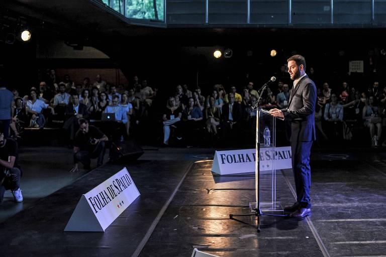 Sérgio Dávila discursa para auditório de arena cheio