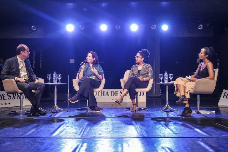 Os quatro participantes do debate no palco