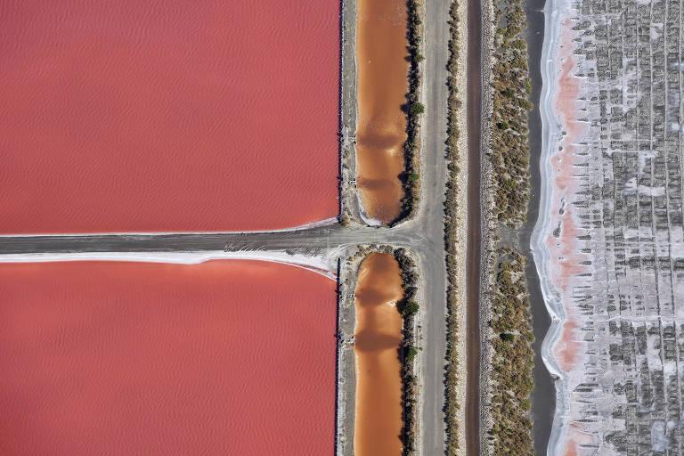 Lagoa rosa e salgada registrada a partir de um ultraleve em Camarga, no sul da França