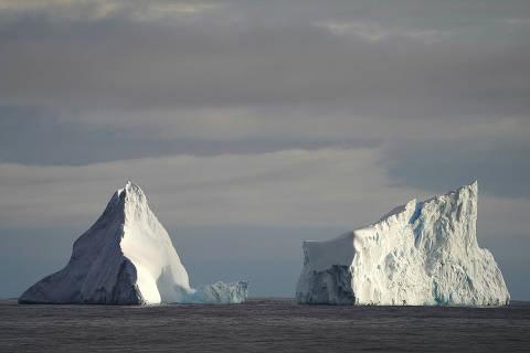 (191229) -- A BORDO DEL XUELONG 2, 29 diciembre, 2019 (Xinhua) -- Imagen del 28 de diciembre de 2019 de icebergs en el Mar de los Cosmonautas. Durante la 36ª expedición antártica, el primer rompehielos polar construido en China, Xuelong 2, ha superado varias dificultades incluyendo chocar con icebergs. (Xinhua/Liu Shiping) (ra) (ah)