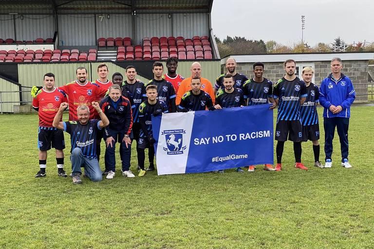 Equipe do Gillingham Town FC perfilada antes de partida pela liga local