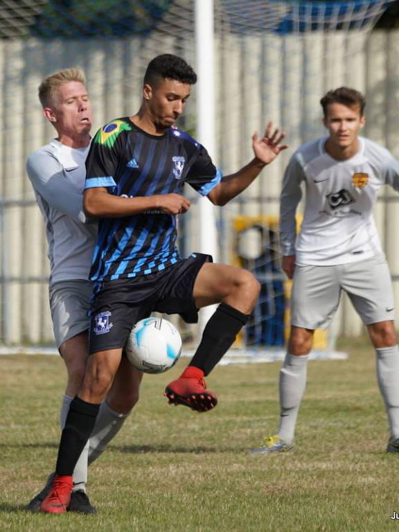 Gilberto Silva Júnior, filho do volante Gilberto Silva, controla a bola em partida do Gillingham Town