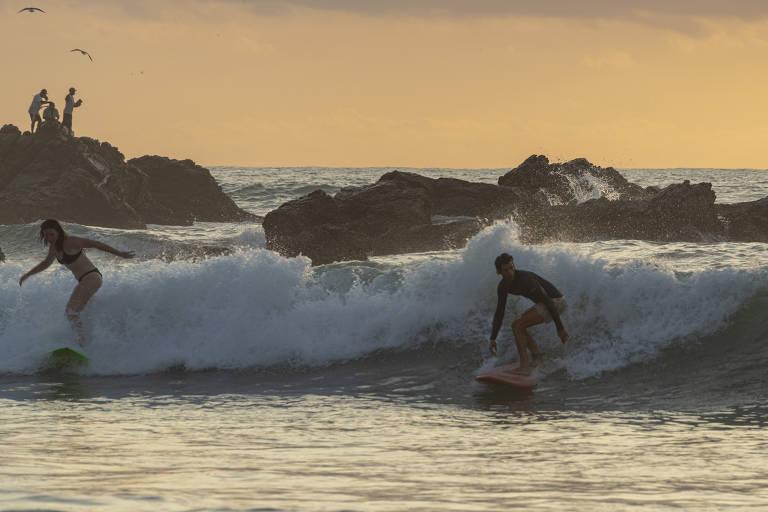 Surfistas em La Punta, na Costa Chica