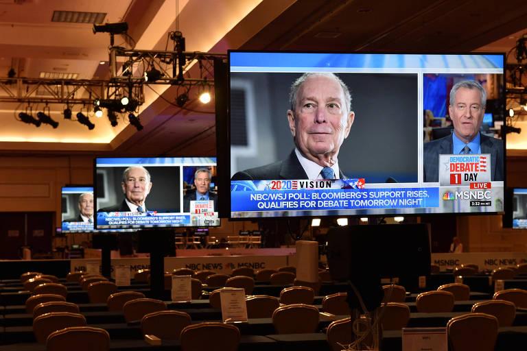 Imagem de Michael Bloomberg em monitores no centro de imprensa para o debate democrata em Las Vegas