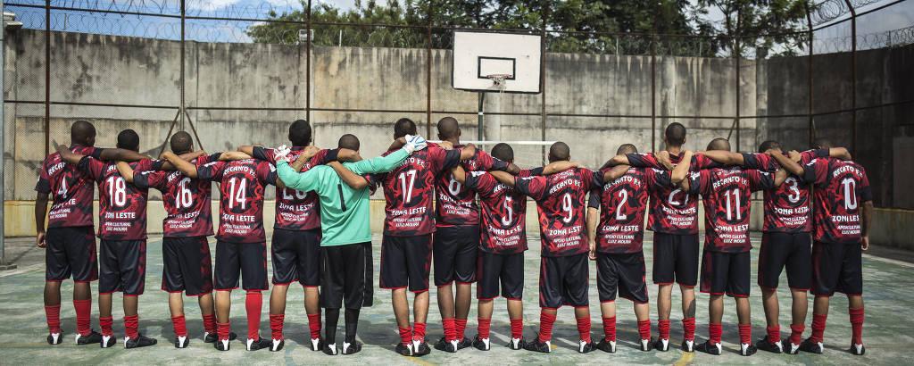 Os jogadores do Ouro Preto perfilados na quadra da unidade localizada na região da Vila Maria