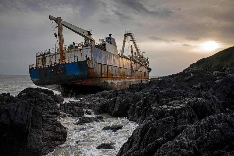 Tempestade Dennis faz 'navio fantasma' aparecer na costa da Irlanda